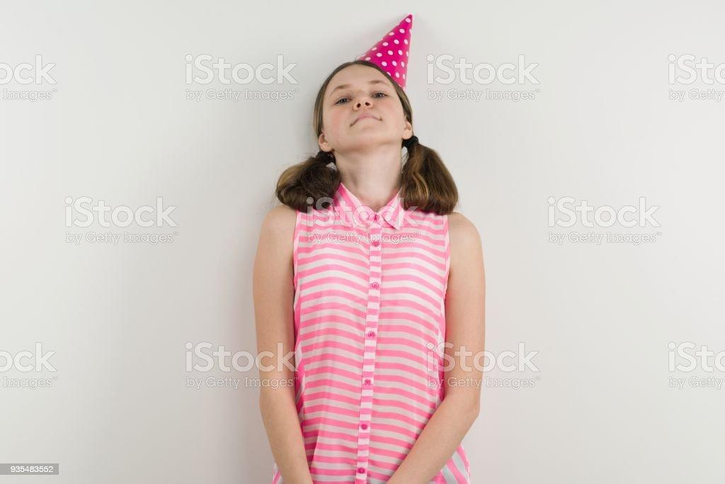Trauriges Teenies Mädchen in festliche Hut steht neben einer weißen Wand. – Foto