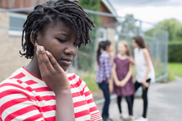 traurige teenager-mädchen, gefühl von freunden ausgelassen - vorurteil stock-fotos und bilder
