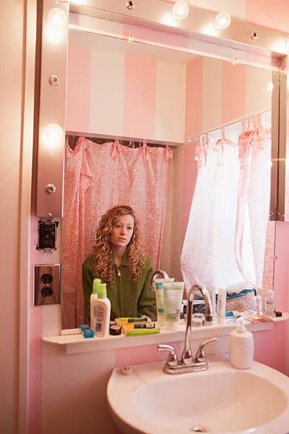 traurige teenager-mädchen zeigt sich im badezimmerspiegel - lange duschvorhänge stock-fotos und bilder