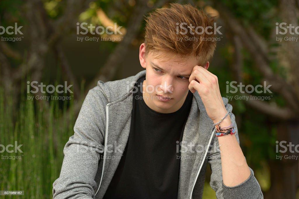 Печальный Подросток мальчик на свежем воздухе в качестве монотерапии стоковое фото