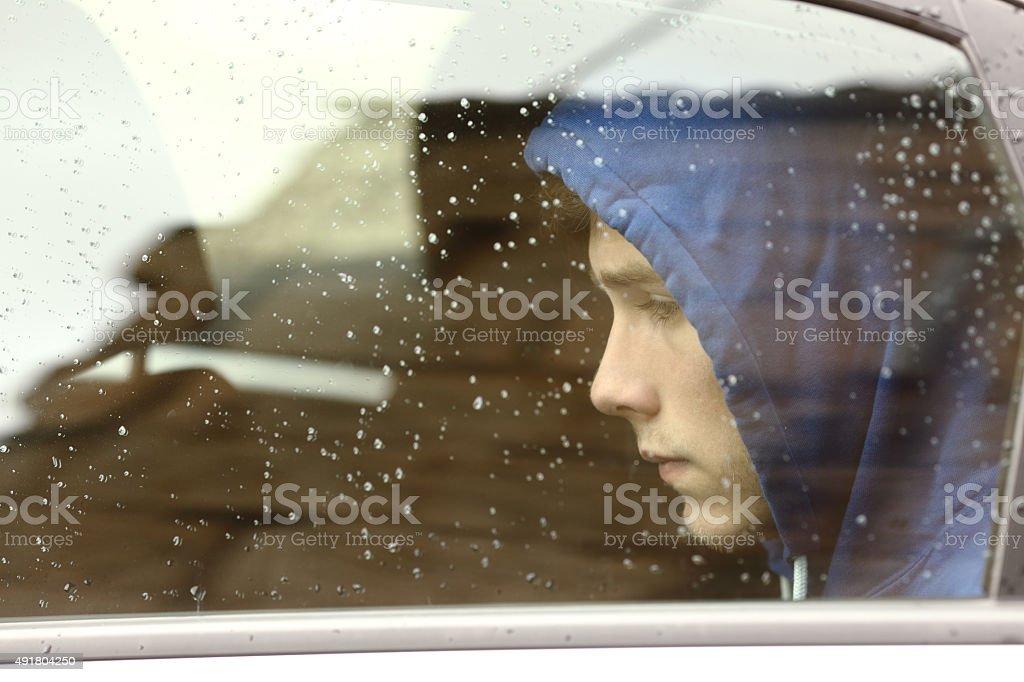 Garçon adolescent triste inquiet à l'intérieur d'une voiture - Photo