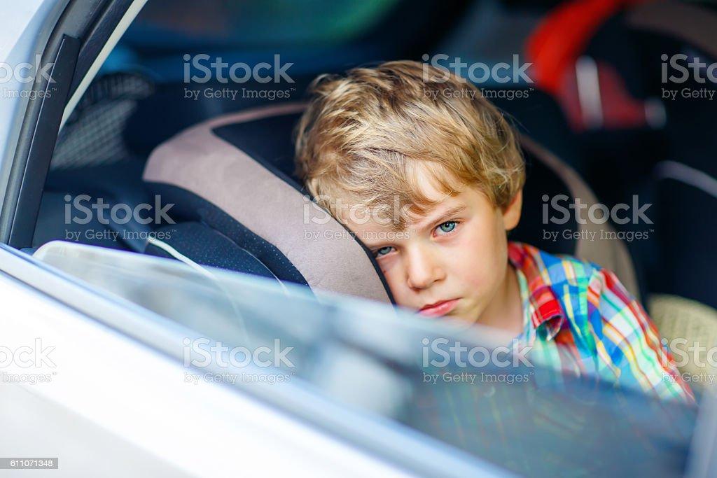 Sad tired kid boy sitting in car  during traffic jam – Foto
