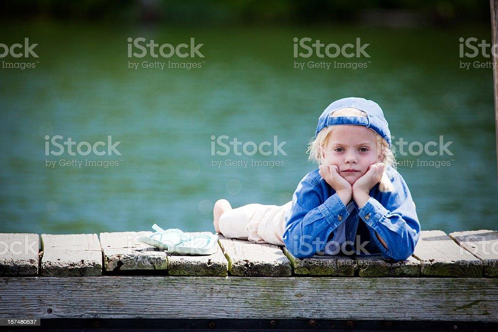 Traurig Tomboy-Leg dich auf dem Dock – Foto