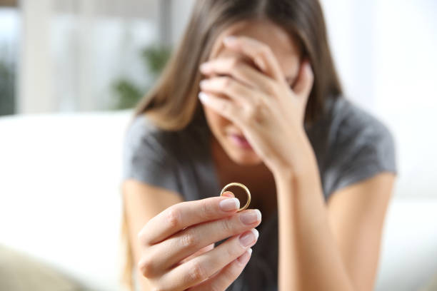 femme triste après le divorce - veuve photos et images de collection