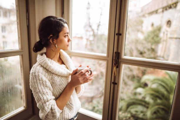 traurige Frau zu Hause für das Corona-Virus – Foto