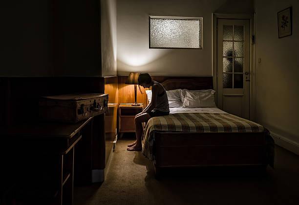 sad woman due to the break-up of their relationship. - donna valigia solitudine foto e immagini stock