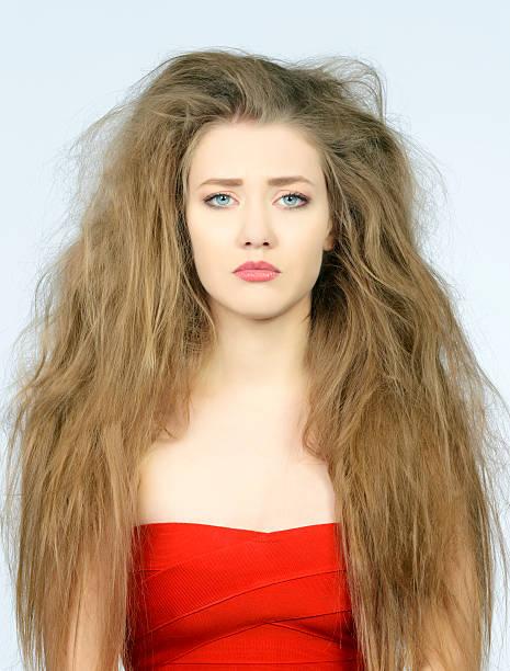 traurige frau für ihre schlechte haare tag - krause haare stock-fotos und bilder