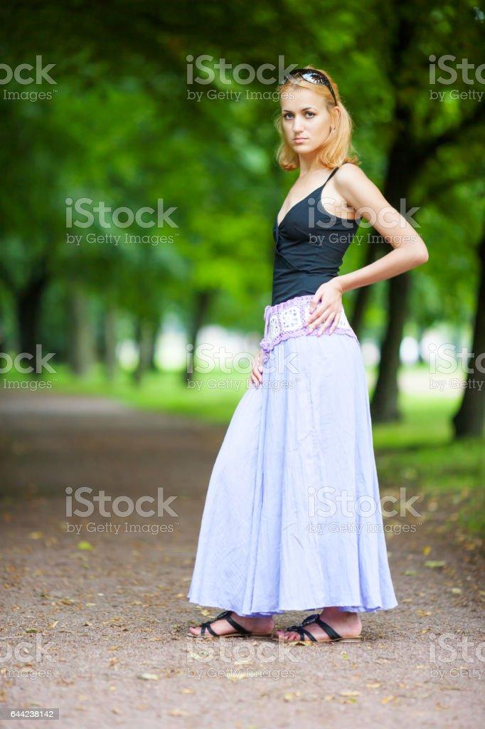 Sad woman standing - foto de acervo
