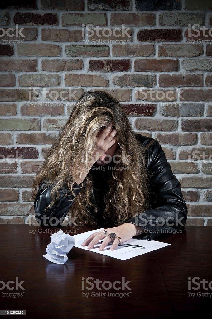 Photo Libre De Droit De Triste Femme Essayant Décrire Une