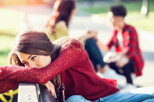 悲しい女性彼女の後ろに幸せなカップルに後戻り - 羨望 ストックフォトと画像