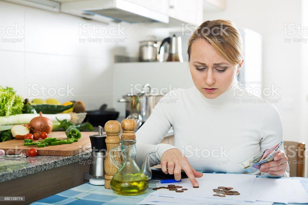 Triste mulher com dinheiro e contas última - foto de acervo