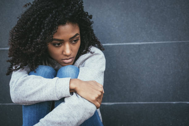 traurige junge schwarze frau porträt gefühl negative emotionen - junge frau allein stock-fotos und bilder