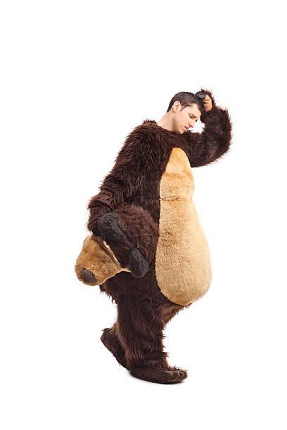triste jeune homme dans un costume d'ours à - mascotte photos et images de collection