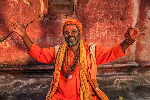 Sadhu - indian holyman sitting in the temple - foto stock