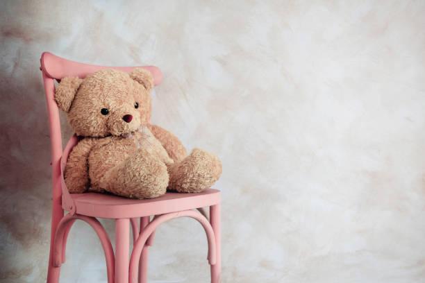 traurigkeit und einsamkeit konzept. einsame teddybär spielzeug standortwahl im haus allein auf stuhl - teddybär stock-fotos und bilder