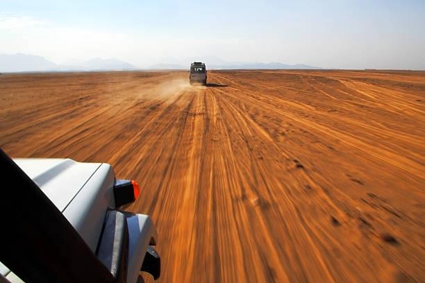 safari im jeep - namib wüste stock-fotos und bilder