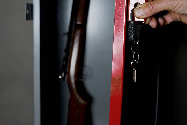 safe with a gun - 鎗 個照片及圖片檔