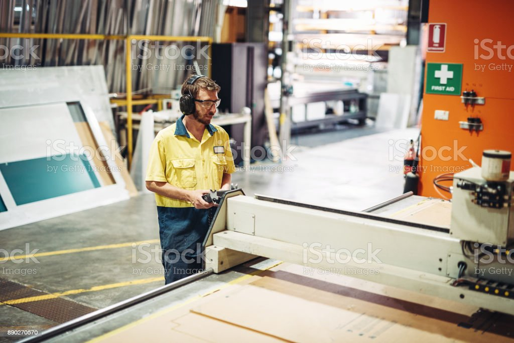 Sicherheit am Arbeitsplatz - australische Mitarbeiter mit Schutzbrille und Kopfhörer Lizenzfreies stock-foto