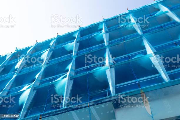 Konstrukcja Budynku Z Niebieską Siatką Bezpieczeństwa - zdjęcia stockowe i więcej obrazów Architektura