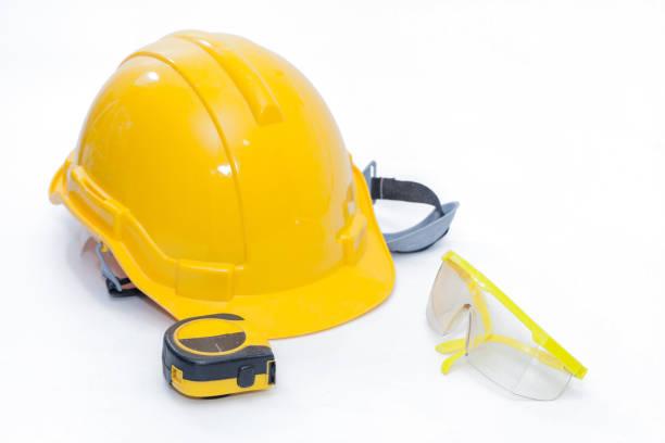 흰색 바탕에 안전 유리 보호와 안전 헬멧 스톡 사진