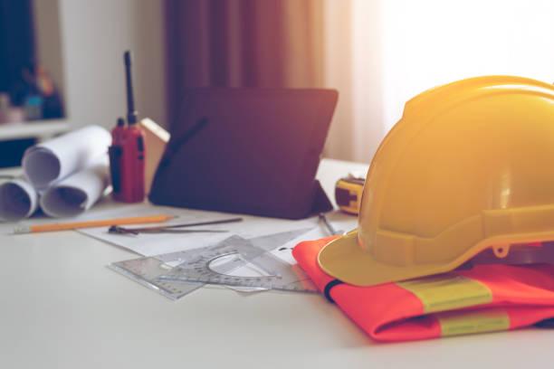 Sicherheitshüte auf dem Schreibtisch des Ingenieurs – Foto