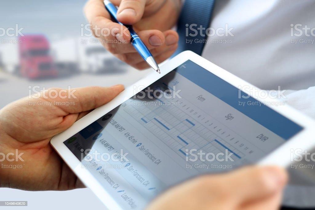 Safety-Manager Treiber erklären, wie man elektronische Logbuch im Büro verwenden – Foto