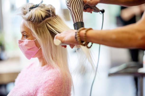 safety precautions in the hair salon during the coronavirus pandemic - covid hair imagens e fotografias de stock