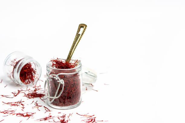 saffran krydda te gröda på vit bakgrund - saffron on white bildbanksfoton och bilder