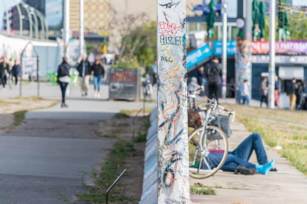 een hang naar het perspectief van een muur divisie in de buurt van de oevers van de rivier de spree en de berlijnse muur, een beroemd symbool van de scheiding van duitsland tijdens de koude oorlog - oost duitsland stockfoto's en -beelden