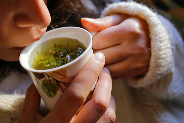 szałwia herbata z kobieta ręce i kobieta usta - herbata ziołowa zdjęcia i obrazy z banku zdjęć