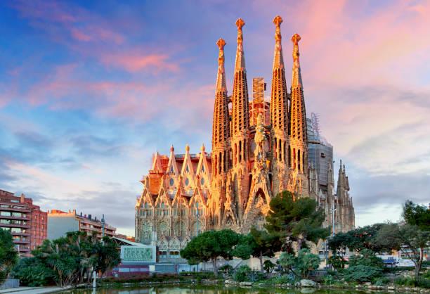 basílica de la sagrada familia en barcelona. - barcelona spain fotografías e imágenes de stock