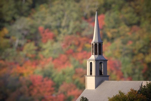 saguenay-kirche im herbst - kirchturmspitze stock-fotos und bilder