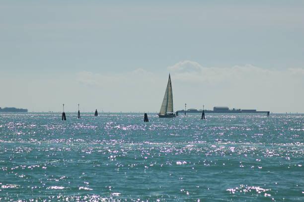barco de vela en venecia - lunes de pascua fotografías e imágenes de stock