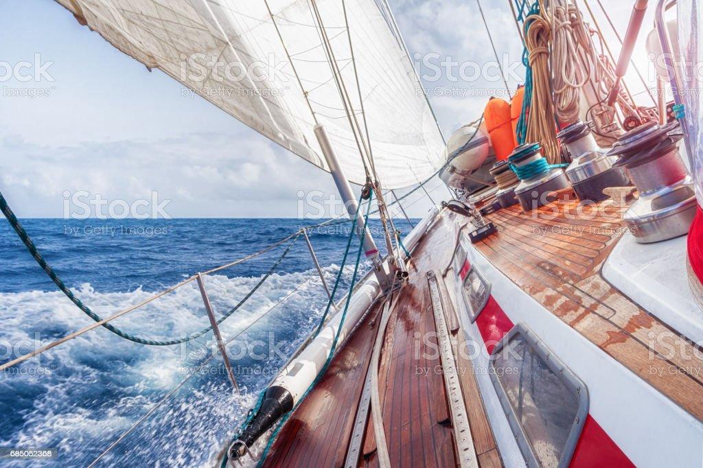 sail boat navigating on the waves – Foto