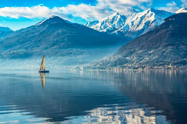 zeilboot op comomeer - lecco lombardije stockfoto's en -beelden