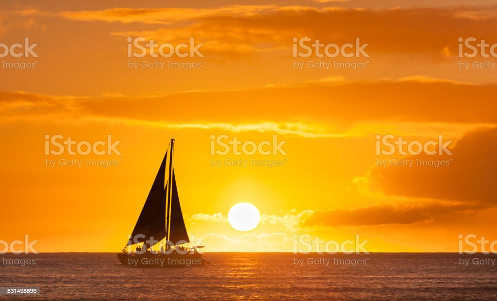Sail boat sailing against a beautiful sunset - foto stock