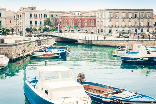 segel-und vergnügungsboote im alten hafen, strandpromenade der insel ortygia in syrakus (siracusa), sizilien, italien - syrakus stock-fotos und bilder