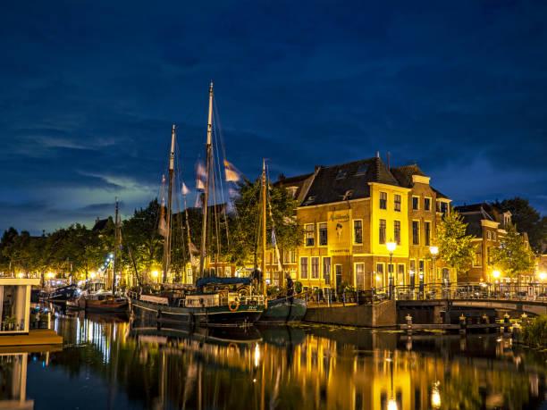 Sail Leiden 2018 In de zomer van 2018 kwamen ongeveer 200 historische werkschepen naar de kades van de stad voor Sail Leiden. Het evenement in Leiden werd georganiseerd door de Historische Haven van Leiden en de Vereniging Het Historisch Bedrijfsvaartuig. Deze vereniging heeft tot doel om bedrijfsvaartuigen van 50 jaar en ouder en die gemaakt zijn in Nederland te behouden voor de toekomst. leiden stock pictures, royalty-free photos & images
