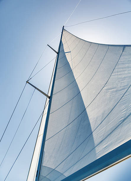 segeln auf himmel hintergrund - segeln stock-fotos und bilder