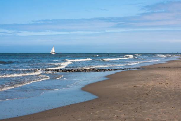 segelboot und strand - urlaub norderney stock-fotos und bilder