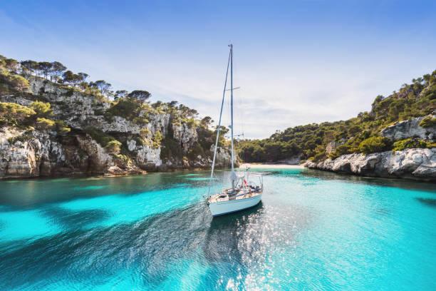 Velero en la hermosa laguna, isla de Menorca - foto de stock
