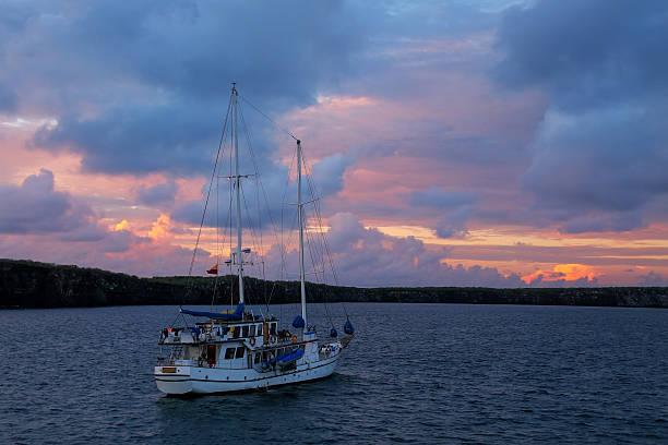 Sailboat in Great Darwin Bay at sunrise, Genovesa Island, Galapa – Foto