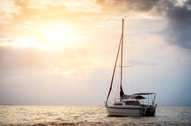 Segelboot auf dem Meer in der Sonne am Abend – Foto