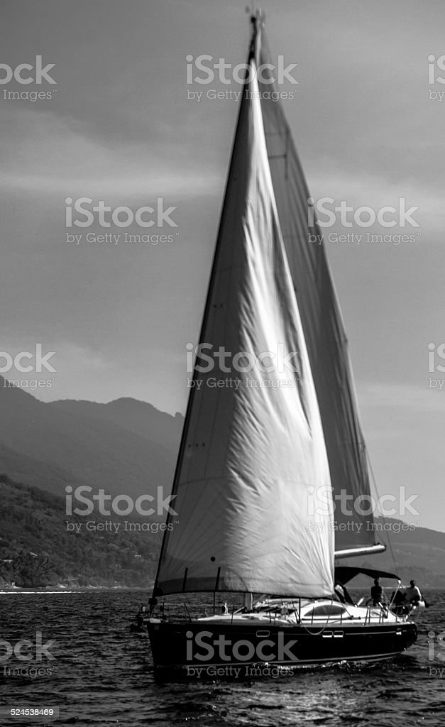 Barco no canal em São Sebastião, Ilhabela, Brasil. - foto de acervo
