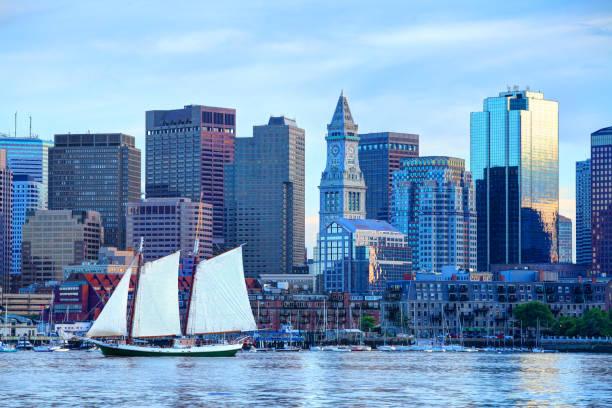 zeilboot op boston harbor - boston massachusetts stockfoto's en -beelden