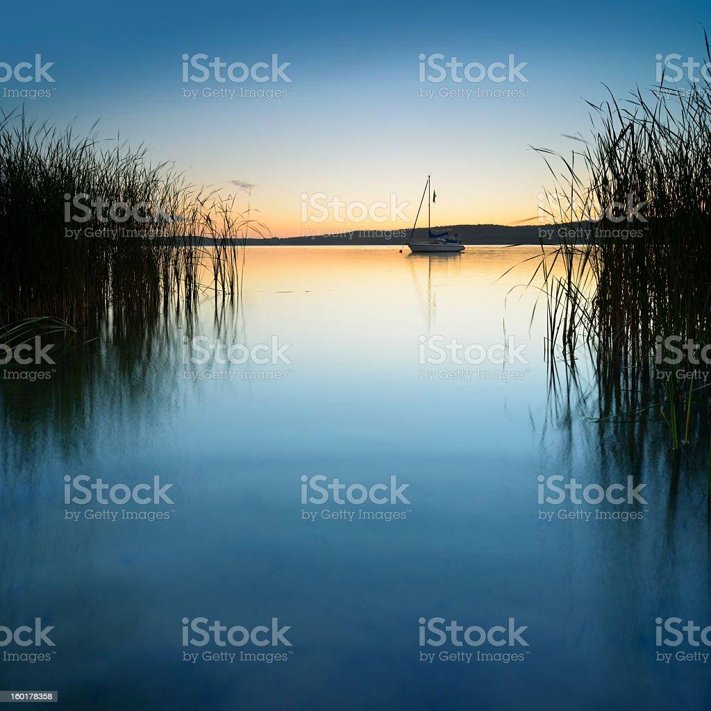 Segelboot über ruhige See bei Sonnenaufgang – Foto