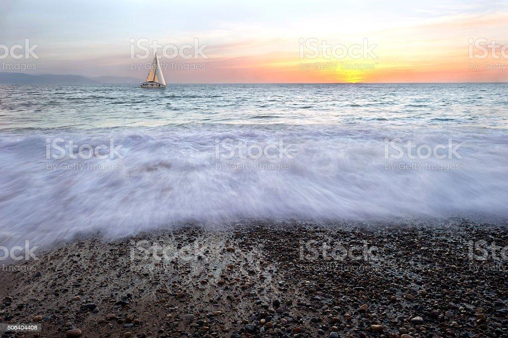 Segelboot bei Sonnenuntergang – Foto