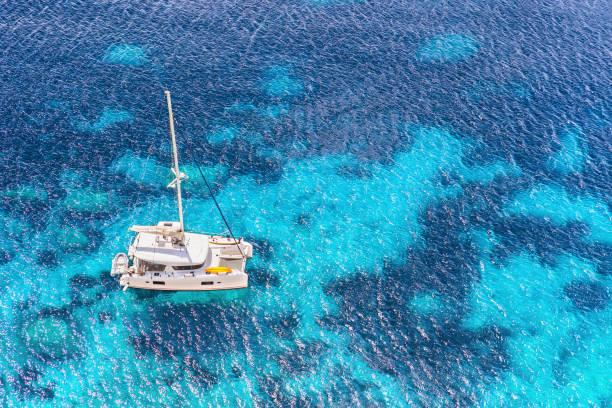 segelbåt yacht katamaran i vackra medelhavet bay - katamaran bildbanksfoton och bilder