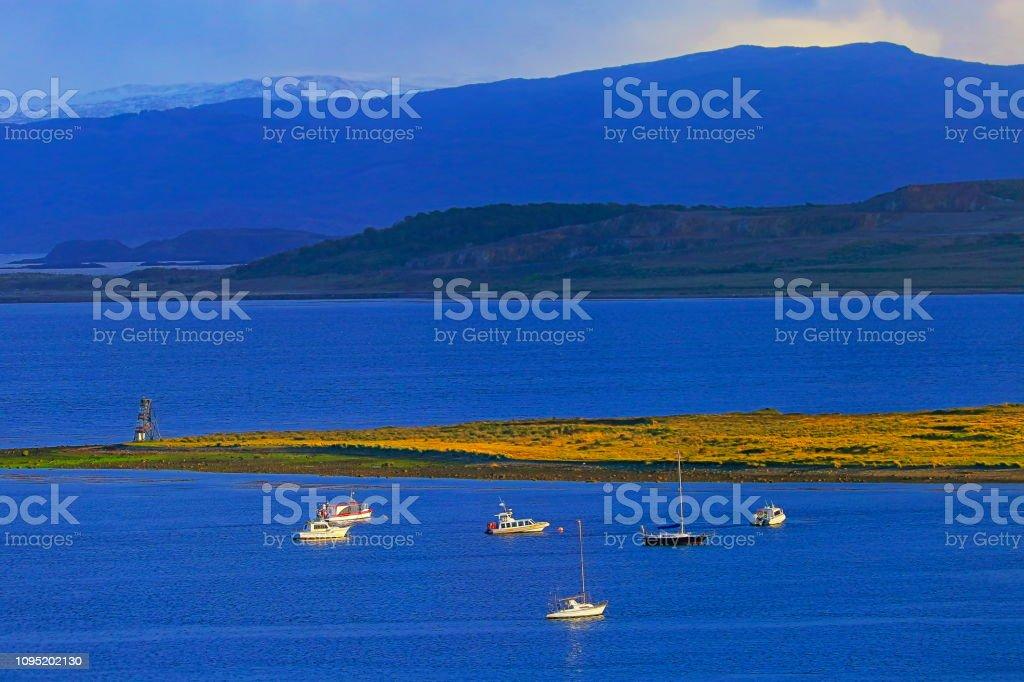 Veleiros e barcos na Baía de canal de beagle Ushuaia, Tierra Del fuego, Argentina - foto de acervo