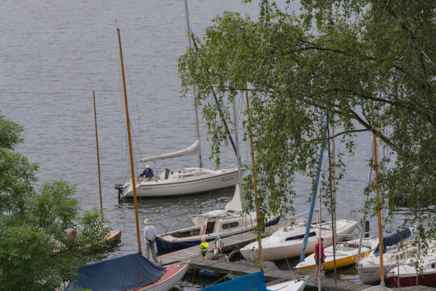 segelboote und nichtgewerbliche schifffahrt auf dem baldeneysee. - schwimmbad nrw stock-fotos und bilder